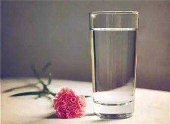 """听了多遍的""""每天八杯水""""科学吗?一文揭开多年谜团"""
