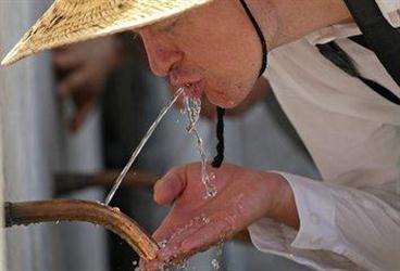 """水是""""百药之王""""!喝水少诱发一身病"""