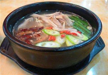 老人用砂锅烧菜 食材更易被消化