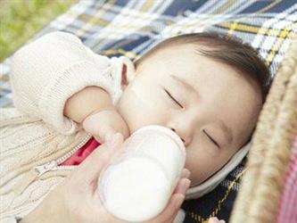 """长期用奶瓶,当心宝宝长成""""奶瓶嘴"""""""