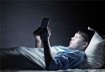 睡前喜欢玩手机?长期如此,身体或会承受4个变化,别不当回事!