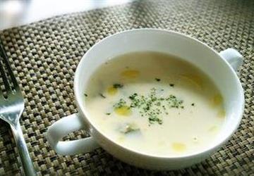 为什么总是熬不出奶白色的鱼汤?营养师教你一招,其实很简单